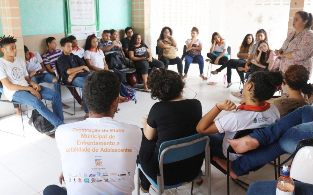 """Jóvenes y adolescentes que hacen parte de la iniciativa """"Mucuripe de Paz"""" en Brasil, participan en el debate comunitario sobre la violencia contra las mujeres"""